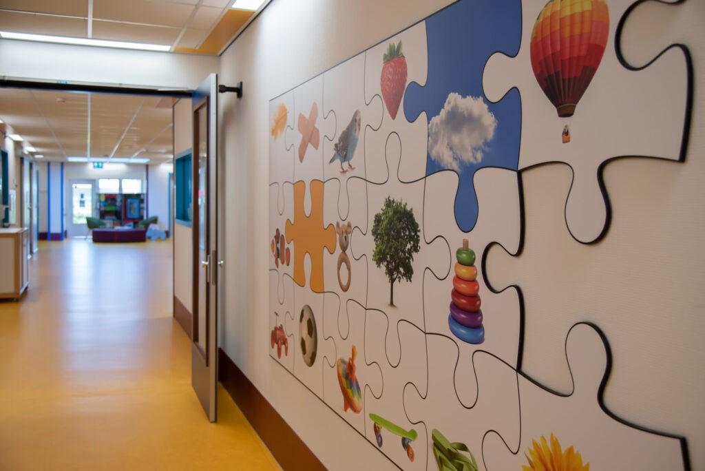 Adrz - Kinderafdeling - muur met puzzelstukken
